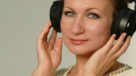 зубы : woman with big black earphones