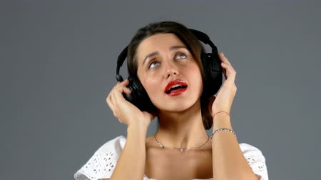 sluch : Woman listening music in headphones Dostupné videozáznamy