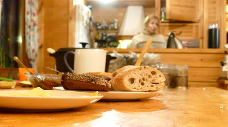 разделочная доска : Bread for breakfast on table with people on background
