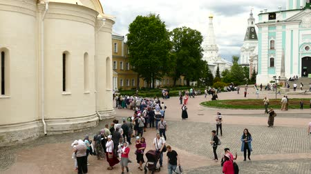 marchs financiers : JUN 10, 2017 SERGIEV-POSAD, RUSSIA: Tourists and pilgrims are walking in the square of Sergiev Posad, in the monastery of the Holy Trinity Sergius Stock Footage