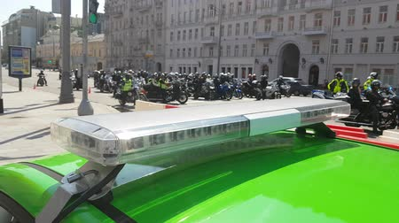 siren : MAY 05, 2018 MOSCOW, RUSSIA: Police cruiser flashing lights with Traditional Motorbikes parad The opening of the season on background. Many motorcycles ride on the bike festival. Stock Footage