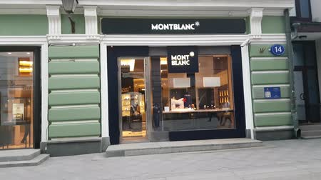 kirakat : MAY 11, 2018, MOSCOW, RUSSIA: Peope traffic in front of MontBlanc boutique in Stoleshnikov lane Stock mozgókép