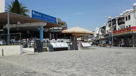 szieszta : MAY 22, 2018, PAPHOS, CYPRUS: Siesta time, people traffic in front of Fish restaurant at Poseidonos Ave, Paphos. Time lapse