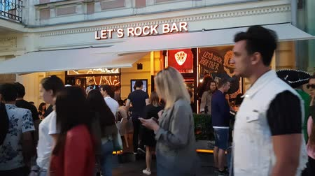 conhecido : JUN 16, 2018 MOSCOW, RUSSIA: People traffic in front of popular Lets Rock Bar in Moscow