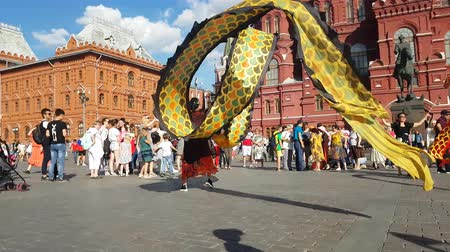 головной убор : JUN 27, 2018 MOSCOW, RUSSIA: Artists from China doing Dragon dance in the center of Moscow. Chinese Ribbon Dancer Performing In Traditional Costume Outdoors. Стоковые видеозаписи