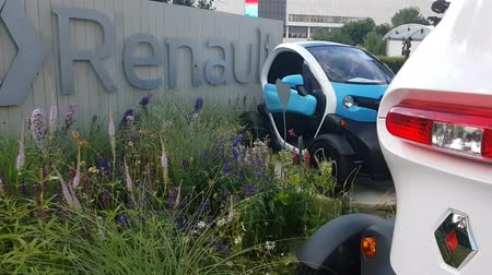 híbrido : JUL 08, 2018, MOSCOW, RUSSIA: Renault Demonstration stand in Gorki park with Renault TWIZY car
