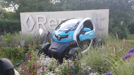 diváků : JUL 08, 2018, MOSCOW, RUSSIA: Renault Demonstration stand in Gorki park with Renault TWIZY car