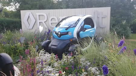 зрителей : JUL 08, 2018, MOSCOW, RUSSIA: Renault Demonstration stand in Gorki park with Renault TWIZY car