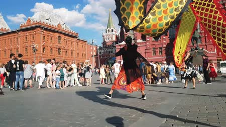 династия : JUN 27, 2018 MOSCOW, RUSSIA: Artists from China doing Dragon dance in the center of Moscow. Chinese Ribbon Dancer Performing In Traditional Costume Outdoors. Стоковые видеозаписи