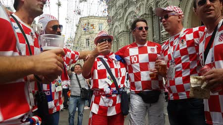 chorvatský : JUN 16, 2018, MOSCOW, RUSSIA: Croatian funs having fan on the street. People in national soccer team wear posing and dancing for photographer in Moscow