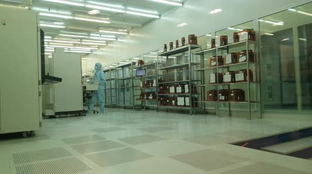 opłatek : JUL 19, 2018, MOSCOW, RUSSIA: Engineers Scientists Technicians In Sterile Suits Hold Semiconductor at Micron factory