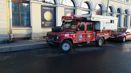 ciężarówka : Brutal lend rover defender with numerous off road raids stickers and flags of the countries in which he visited. Saint Petersburg, RUSSIA, OKT 19, 2018