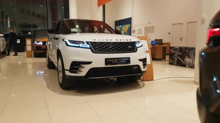 двухместная карета : Number of cars in the Land Rover cars showroom. DEC 18, 2018 MOSCOW, RUSSIA