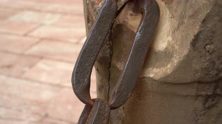 güvenilirlik : Ancient large metal chain on a wooden post. The concept of reliability and durability forever