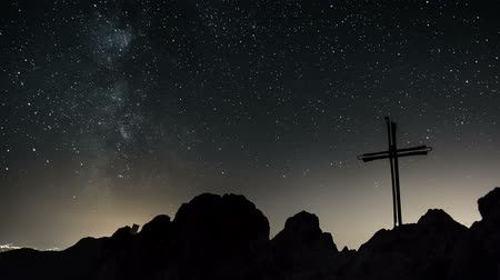 çapraz : Time lapse of stars moving in night sky over cross symbol of Jesus Christ. Dolly shot left to right. Stok Video