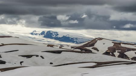 islandia : Dramatic clouds moving over winter volcanic mountains of Katla in Iceland. Time lapse Zoom in