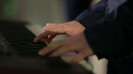 teclado : playing the piano at the concert
