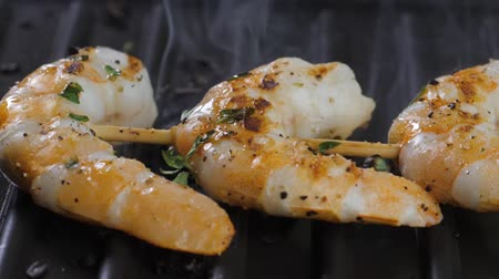 garnélarák : Cooking shrimps on the grill