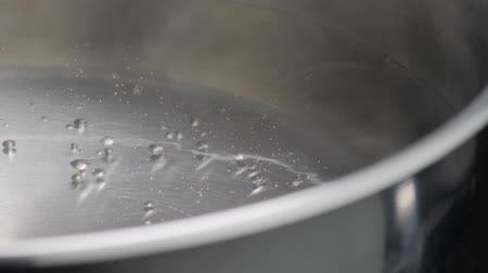 alumínium : steam rising from pot with boiling water