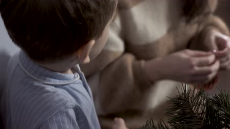 пижама : Young boy decorate a Christmas tree