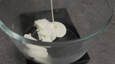 legyintés : Mix the cream for the cake with a mixer