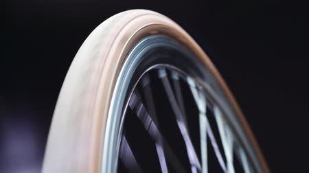 velg : A bicycle wheel spinning, close up shot
