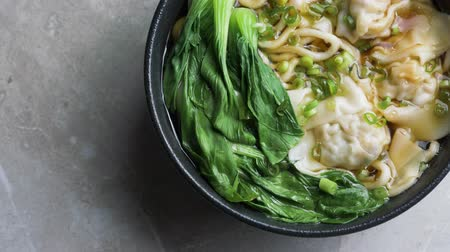 caldo : Hot chinese wonton noodles soup