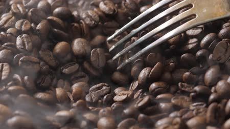çeşnili : Mix coffee beans in a burning pan