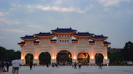 porta de entrada : 4K Timelapse. Dusk at Chiang Kai Shek Memorial Hall. The main gate at evening with unknown tourists walking. Vídeos