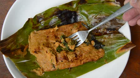 ebulição : grilled flower crab with curry paste in banana leaf scooping by silver fork