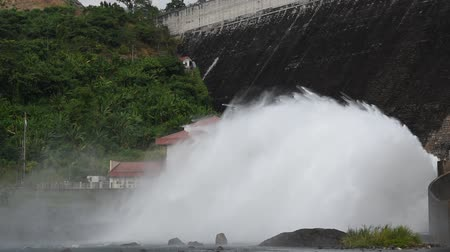 utiliteit : water splashing from floodgate Khun Dan Prakarn Chon huge concrete dam in Thailand
