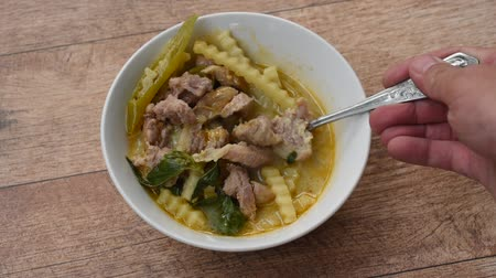 kari : spoon scooping boiled chicken with coconut shoot in curry on bowl Dostupné videozáznamy