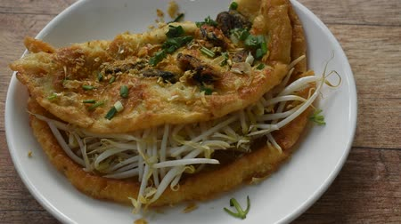 çili : fried egg stuffed mussel with bean sprout topping garlic and dressing chili sauce on plate Stok Video