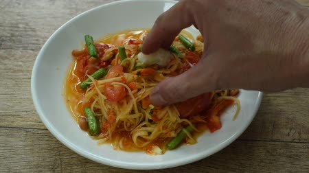 baixo teor de gordura : Somtum Thai spicy green papaya salad eat with sticky rice by hand