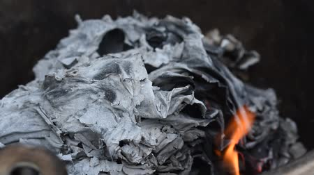 gold and silver paper burning for offering ancestor in iron basin Stok Video