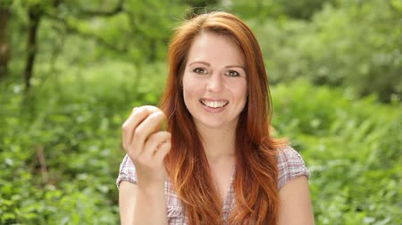 somente para adultos : Young woman eating an apple