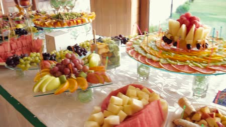občerstvení : fruit canapes. luxury fruit canape. luxurious fruit canape made in the form of heart Dostupné videozáznamy