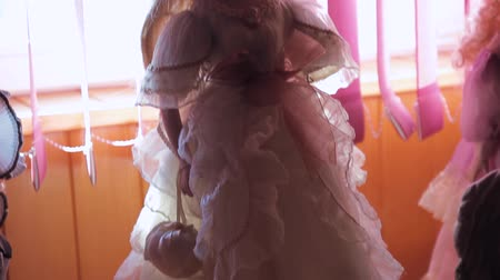 долл : old plastic bride doll Стоковые видеозаписи