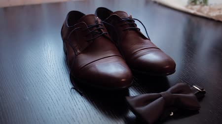 perfumy : The grooms shoes. Accessories at the wedding.