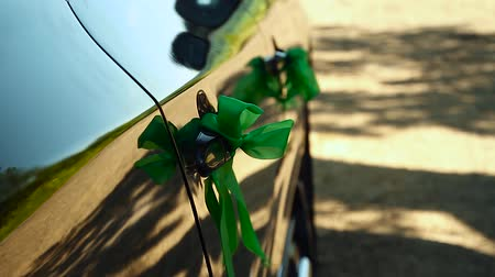 луки : Decoration of a wedding car with green bows