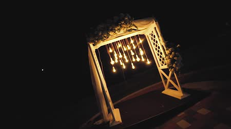 hanglamp : Lamps close up. Wedding garlands that glow on the arch. Vespers Wedding Ceremony Stockvideo