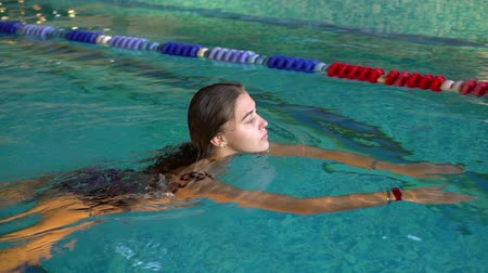 potápění : The girl is swimming in the pool. Close up