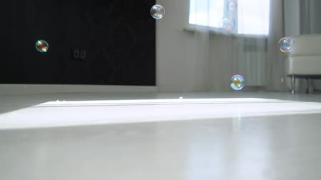 паркет : Soap bubbles fall to the floor in close-up.