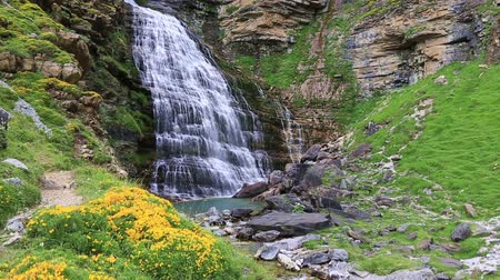 údolí : Cascada Cola de Caballo waterfall under Monte Perdido at Ordesa Valley Aragon Huesca Pyrenees of Spain