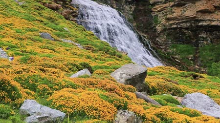 долина : Cascada Cola de Caballo waterfall under Monte Perdido at Ordesa Valley Aragon Huesca Pyrenees of Spain
