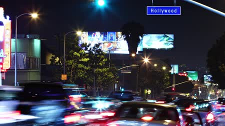 kentsel : Time lapse of Hollywood boulevard traffic at night. Los Angeles