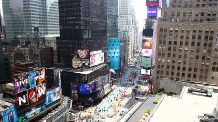 hirdetőtábla : NEW YORK CITY - MAY 20: Timelapse of Times Square traffic at daytime