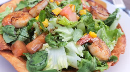 pimentas : Grilled shrimps green salad with eatible base plate