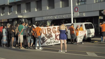 лозунг : 29072018 Gijon, Asturias, Spain Protest actions of employees against Burger King restaurant net, police regulation, 4k Стоковые видеозаписи