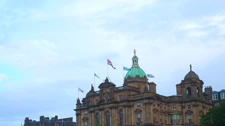 Augustus 2017: vlaggen op het Lloyds Bank Palace. Augustus 2017 in Edinburgh Stockvideo